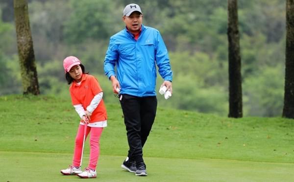 这个胖子很懂球!刘国梁亲自指导女儿打高球