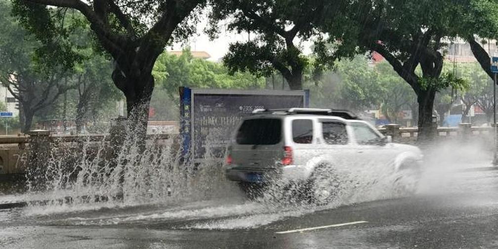 """台风""""玛娃"""" 发威强降雨 你堵在路上了吗?"""
