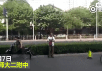 北京高考考场外:家长诵手抄佛经为考生祈福