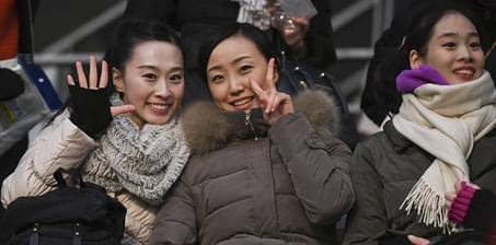 朝鲜美女球迷镜头前比剪刀手 助威团抢镜