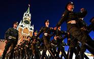 俄士兵为胜利日阅兵彩排