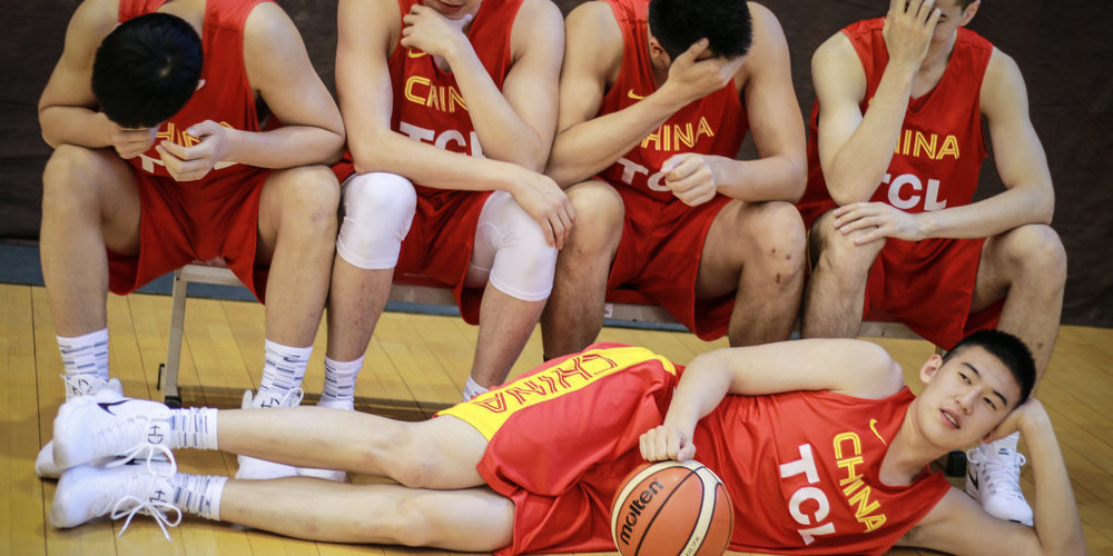 """男篮红队拍写真:付豪""""美人卧"""" 队员动作亲密"""