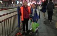 10岁男孩帮环卫工母亲扫地