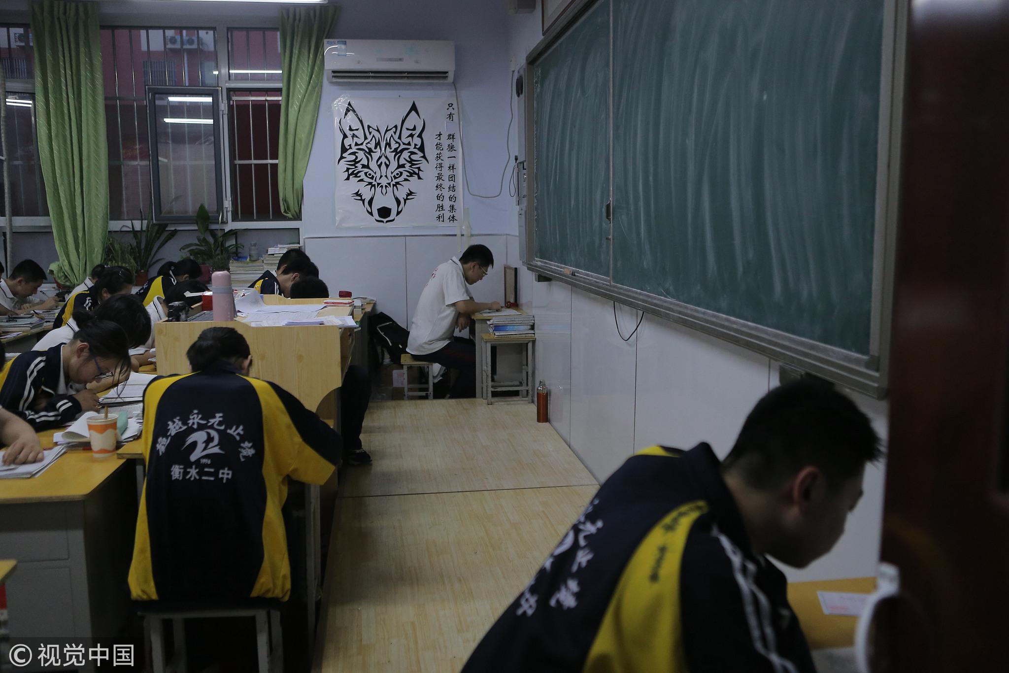 2018年5月3日,河北衡水二中高三学生在教室内学习 / 视觉中国