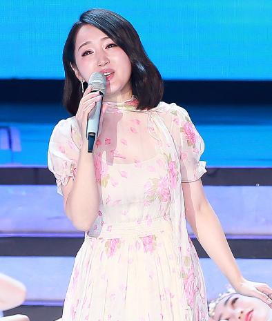 7岁杨钰莹穿花朵裙亮相 人美歌甜面似凝脂