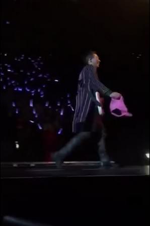 五月天演唱会歌迷扔bra上台 阿信捡起挂石头肩头