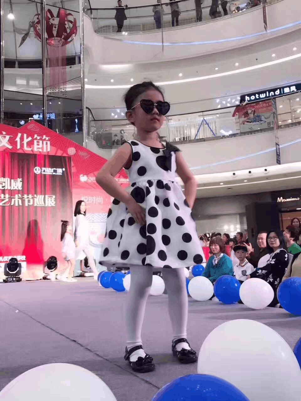亲子童装领导品牌T100联手奔驰助力萌娃T台秀