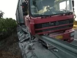 漳浦一半挂车冲撞路侧护栏后 卡在路缘动弹不得