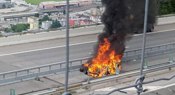 特斯拉在瑞士酿车祸 撞中央隔离带致翻车并起火