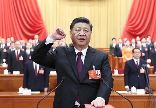 新当选的国家主席、中央军委主席习近平进行宪法宣誓