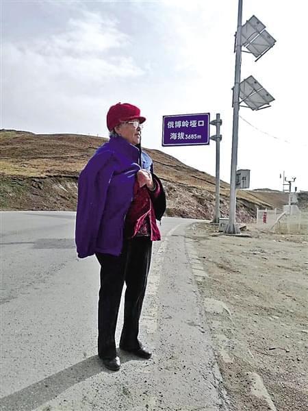 54岁儿子带89岁老母自驾游 母亲开心拍照发朋友圈
