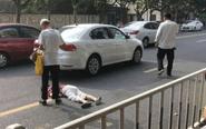 市区一老太横穿马路 被无牌照新车撞倒