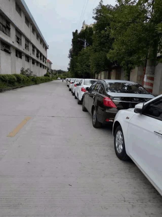 道路被4S店当成停车场,市民抱怨存在安全隐患