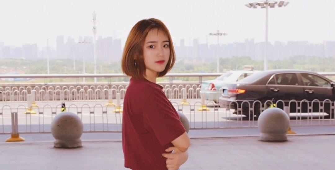 武汉高校校花晒机场写真 明星范儿十足
