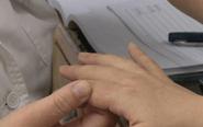 女子产后手指无法弯曲 系受风寒患关节炎