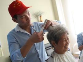 """任丘""""80后""""发型师杜建学免费为老人理"""
