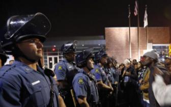 美加州警察枪杀黑人案发酵:示威者和警察冲突