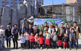 两岸一家亲 台湾家庭赴灵玲马戏城共为国宝种口粮