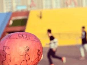 邯郸:大学生在水果上创意手绘 记录校园美景