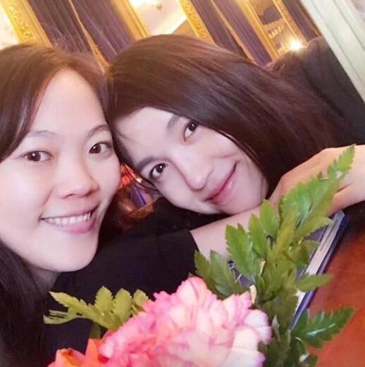 张梓琳晒姐妹合照皮肤白皙 女儿趴在地上呆萌可爱