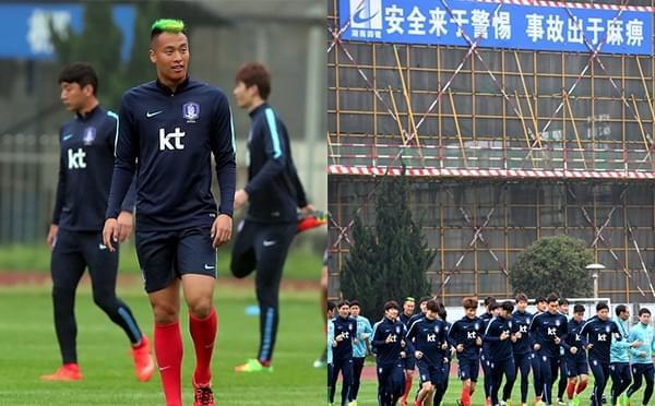 韩国训练1球员脑袋太绿 场边工地标语更抢眼