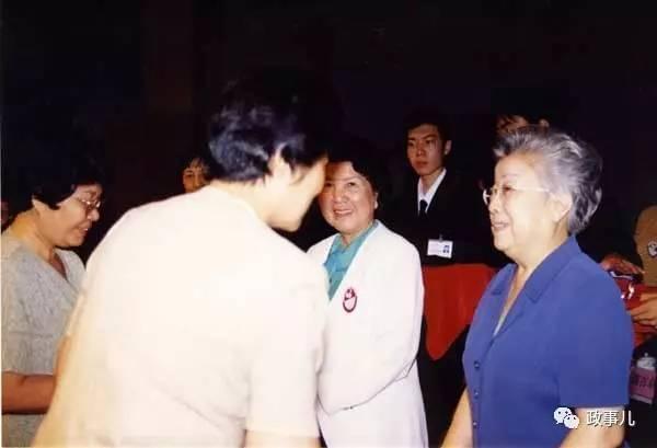 女市长在哈尔滨大聚会 男性参会人员靠墙坐后排 图3
