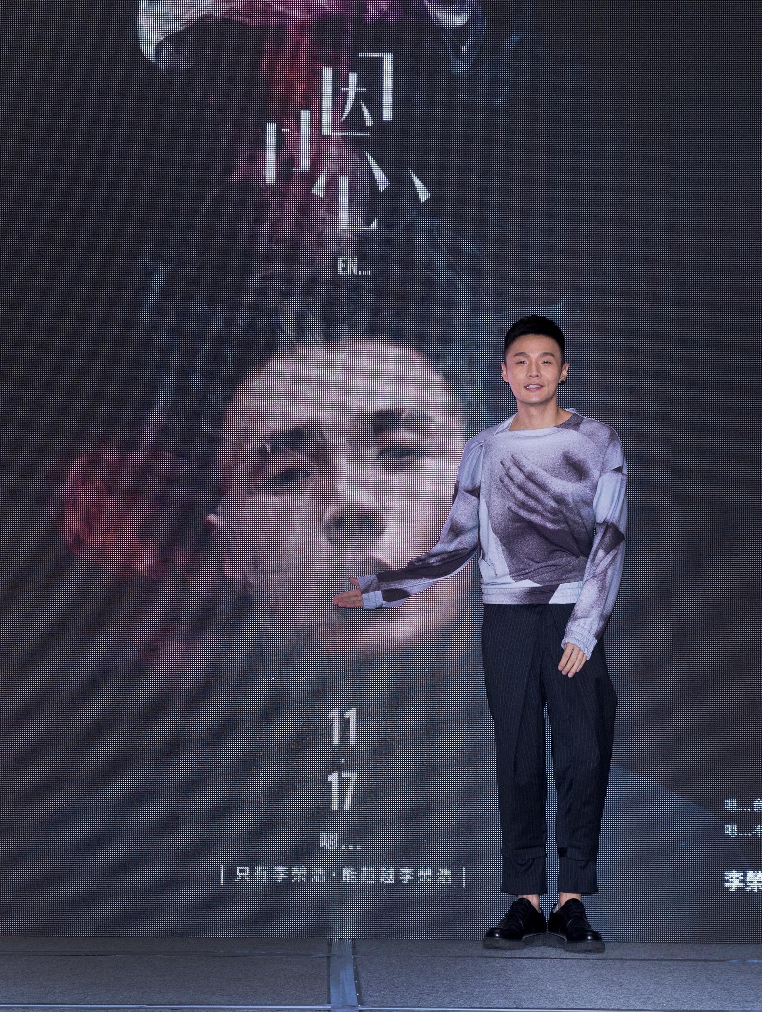 李荣浩新专辑《嗯》隆重发行 华纳高层祝福