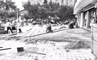 福州一施工现场 工人在人行道地砖上直铺透水砖