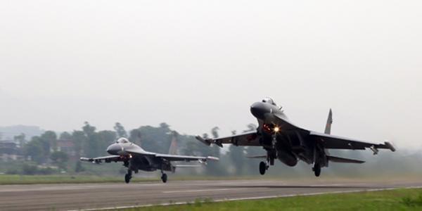 中国空军某基地歼11双机出击 驱鸟稻草人抢