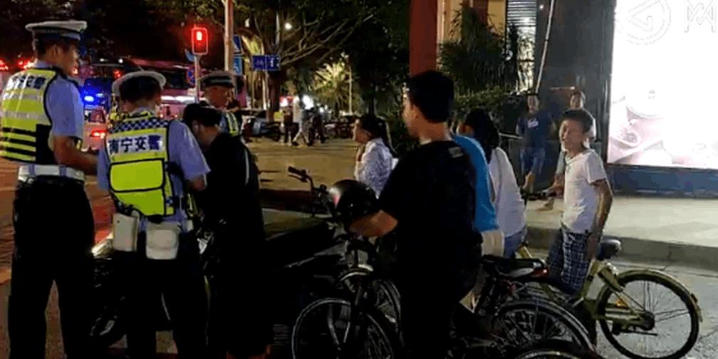 南宁交警青林隧道拦下一群穿隧道的学生