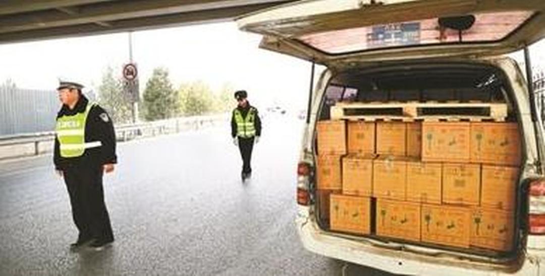 交警交通整治发现在逃人员 车上藏200箱假酒