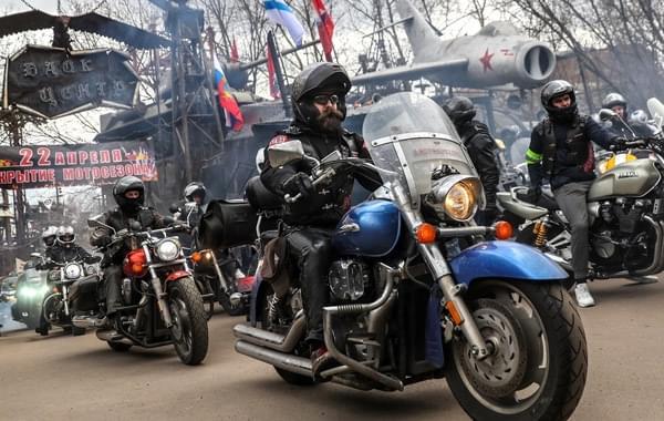 战斗民族摩托车大游行 演现实版速度与激情
