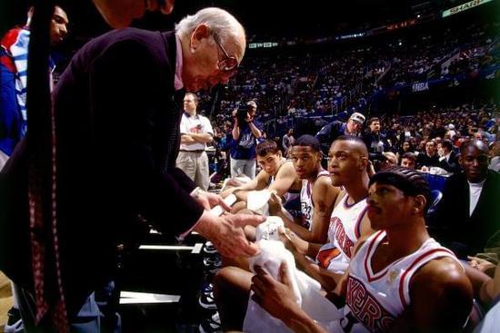 97年奥尔巴赫还曾客串全明星新秀赛教练
