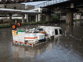 """路面积水不断上涨 货车""""沐雨泡澡""""司机被困"""