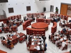 一高校图书馆令人惊叹:雕花长窗 木质书案