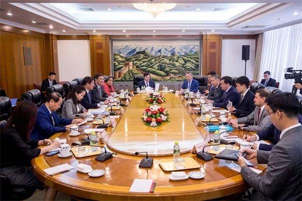 何立峰主任会见哈萨克斯坦投资发展部部长卡西姆别克