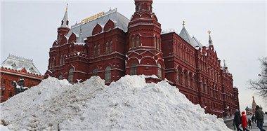 """莫斯科遇大雪袭击 红场积雪堆成""""山"""""""