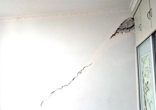 房屋裂缝超4cm 住户提心吊胆