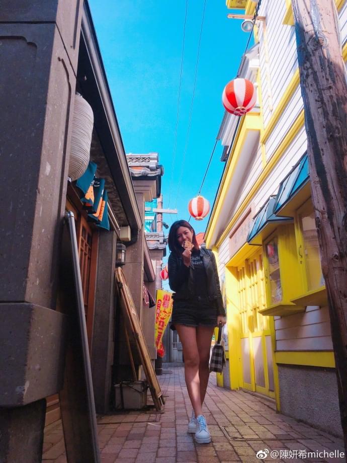 辣妈陈妍希拿饼遮脸拍照 自称气场1米8