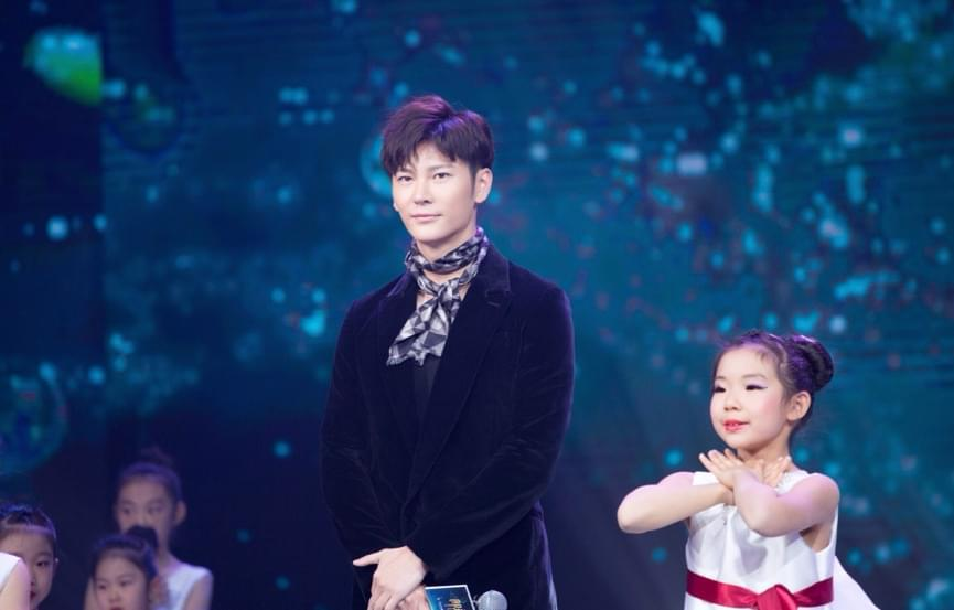 央视授予王嘉青年榜样大奖 成公益广告最多的明星