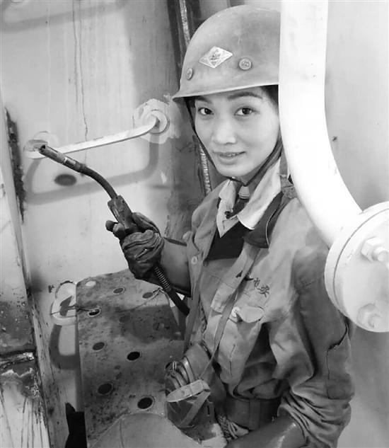 90后电焊女工直播讲解电焊知识 拥有54万粉丝