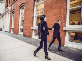 哈文李咏庆祝银婚超浪漫 穿情侣装牵手漫步街头