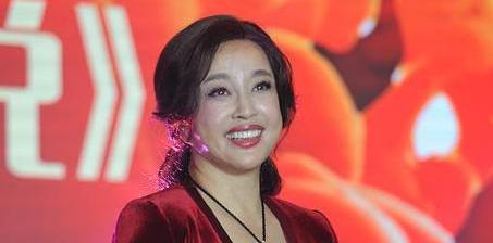 63岁刘晓庆戴绿宝石亮相 皮肤超好
