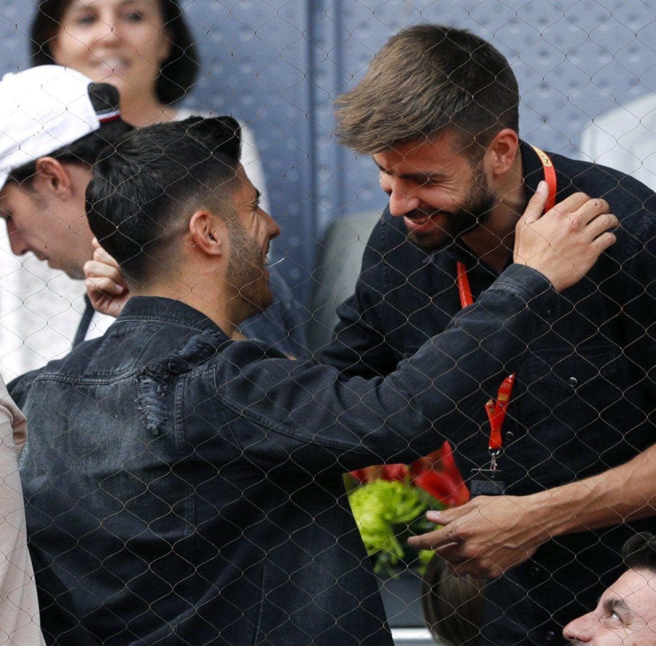 尴尬!皮克和皇马小将看网球 被央视解说误认是劳尔