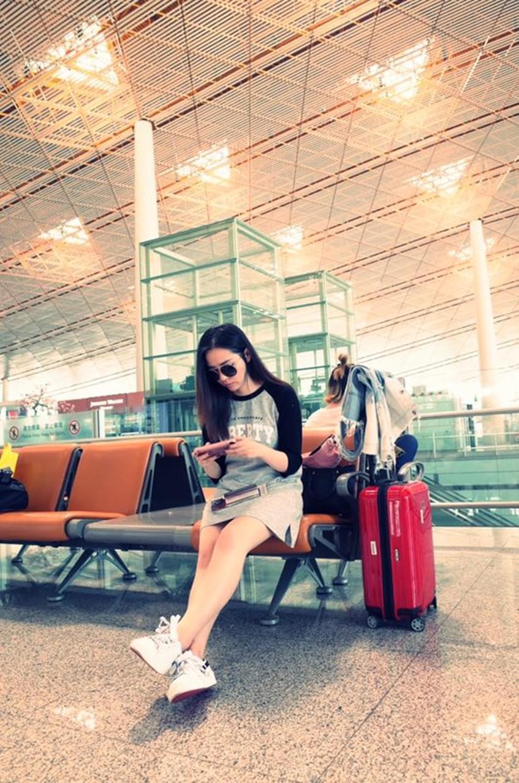 """张靓颖海外行程超满 在机场化身""""网瘾少女"""""""