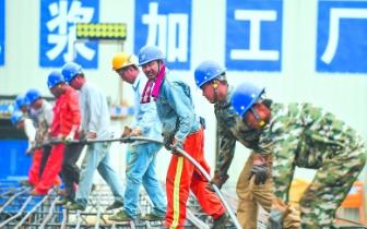 福州地铁五号线紧张施工中 工地上一派繁忙景象