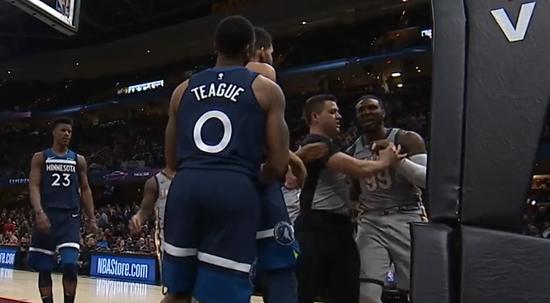 【影片】Teague被抄截後送1級惡意犯規 Crowder暴怒險造衝突-Haters-黑特籃球NBA新聞影音圖片分享社區