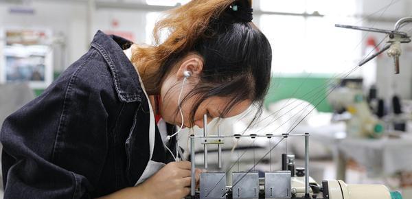 厂工们的针线人生:从4亿双丝袜中穿过