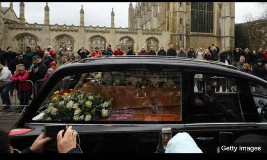 霍金葬礼在英国举行:500名亲友送行 大钟敲76下