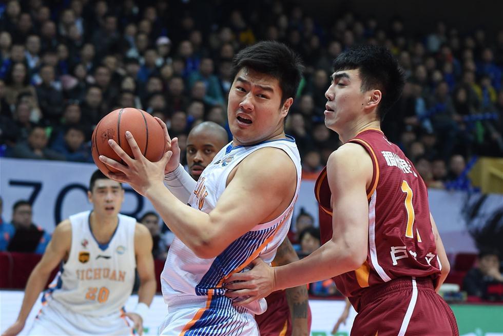 蔡晨(左)
